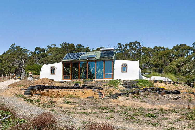 Casal constrói residência solar com pneus, garrafas e terra na Austrália, Cortesia de CicloVivo