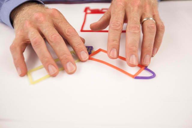 ¿Cómo percibe la ciudad un arquitecto ciego?, El arquitecto ciego Chris Downey utiliza barras de cera finas para crear bocetos táctiles. Image © Patricia Chang