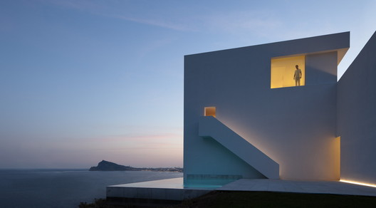 House on the Cliff / Fran Silvestre Arquitectos. Image © Diego Opazo