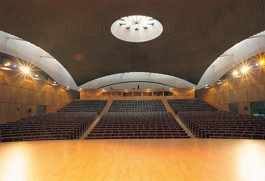 Sala Mayor, Palacio de Congresos y Exposiciones Castilla y León [Salamaca, 1992]. Image © Atletico11 [Wikimedia bajo licencia CC BY-NC 3.0]