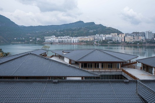 The sloping roof floats along the river. Image © Arch-Exist