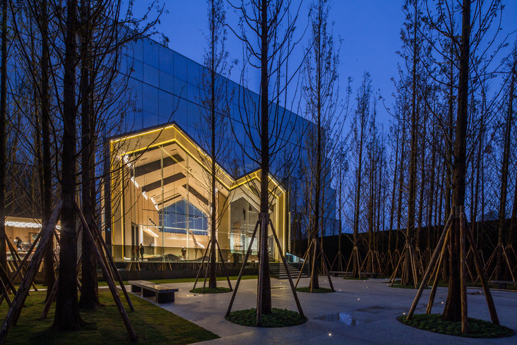Chongqing Vanke Forest Park Sales Gallery / LWK + PARTNERS, night view. Image © Guanhong Chen