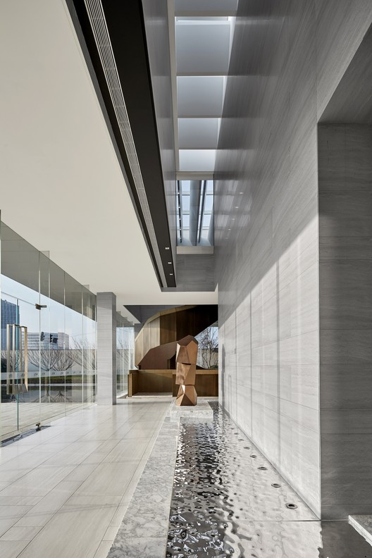 The first floor of the reception hall of Light looks at the roof linear sunroof. Image © Jianghe Zeng