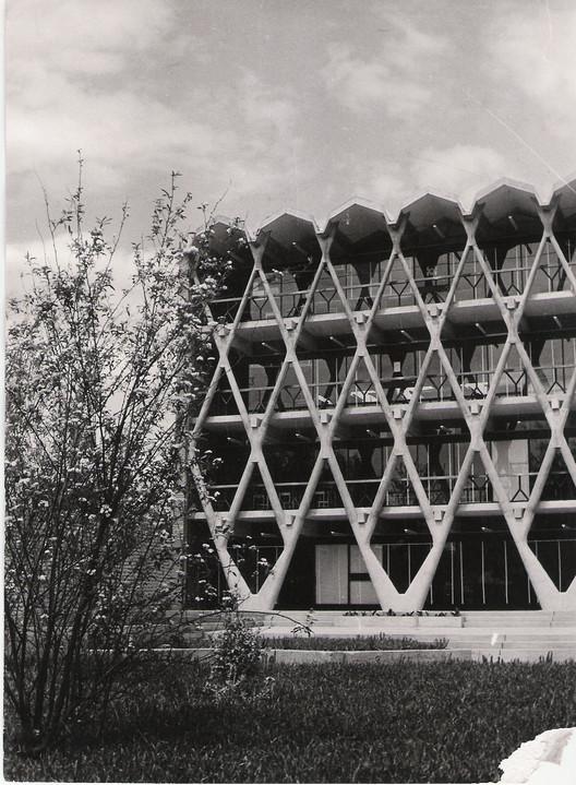 Clásicos de Arquitectura: Facultad de Arquitectura de Mendoza / Enrico Tedeschi, Cortesía de Archivo Descotte. Facultad de Arquitectura Urbanismo y Diseño. Universidad de Mendoza