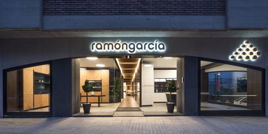 Showroom de cocinas Grupo Ramón García / Iván Cotado Diseño de Interiores