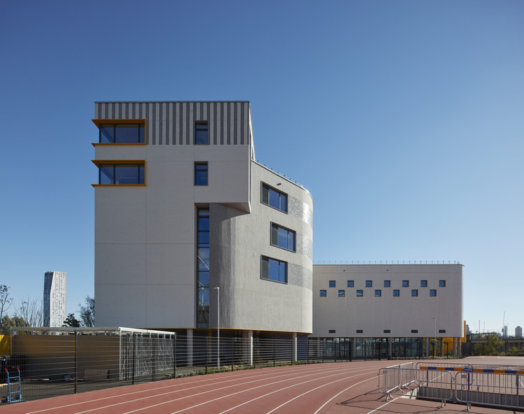 Bobby Moore Academy, Secondary School / Penoyre & Prasad, © Dennis Gilbert/VIEW Pictures