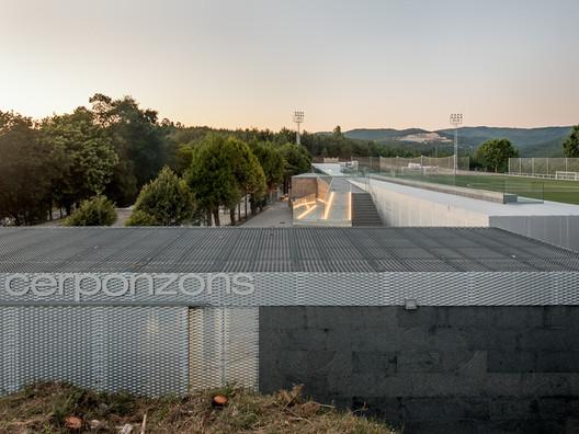Campo de Fútbol de Cerponzóns / Santos y Mera Arquitectos