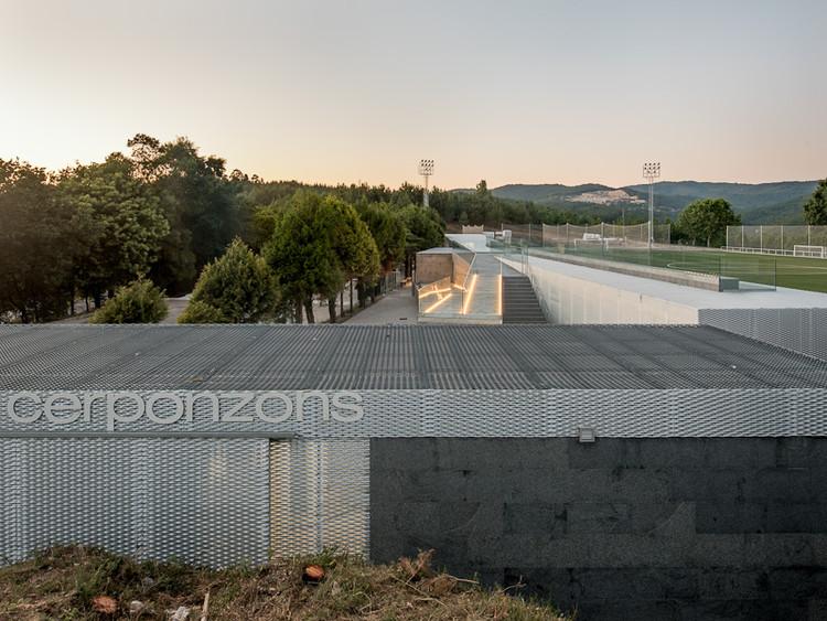 Campo de Fútbol de Cerponzóns / Santos y Mera Arquitectos, © Héctor Fdez. Santos-Díez (BISimages)