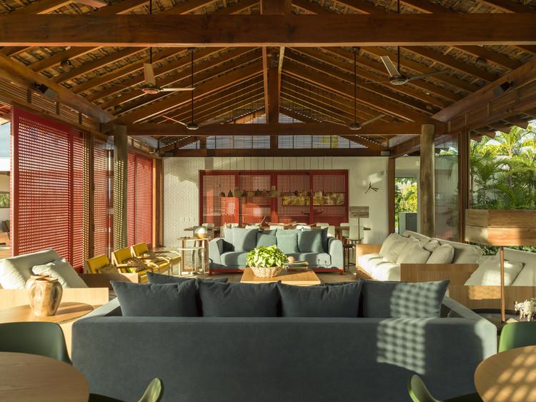 Casas brasileiras: 16 residências com telhado, Casa FVB / Claudia Haguiara Arquitetura. Imagem: © Christian Maldonado
