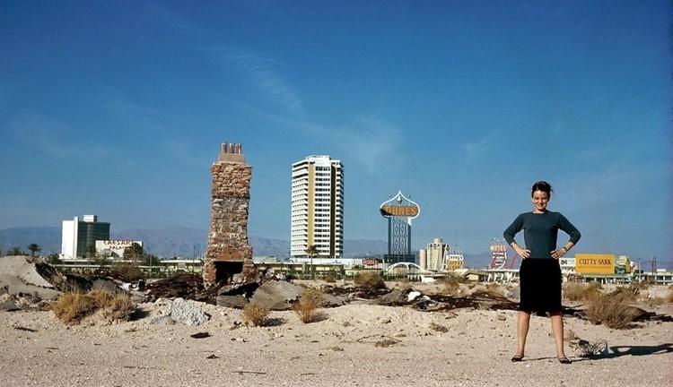 Premio Marta Scheu Torres 2019 abre convocatoria en Chile a mujeres destacadas en arquitectura y urbanismo, Denise Scott Brown posando frente a Las Vegas Strip en Estados Unidos. Image © Robert Venturi