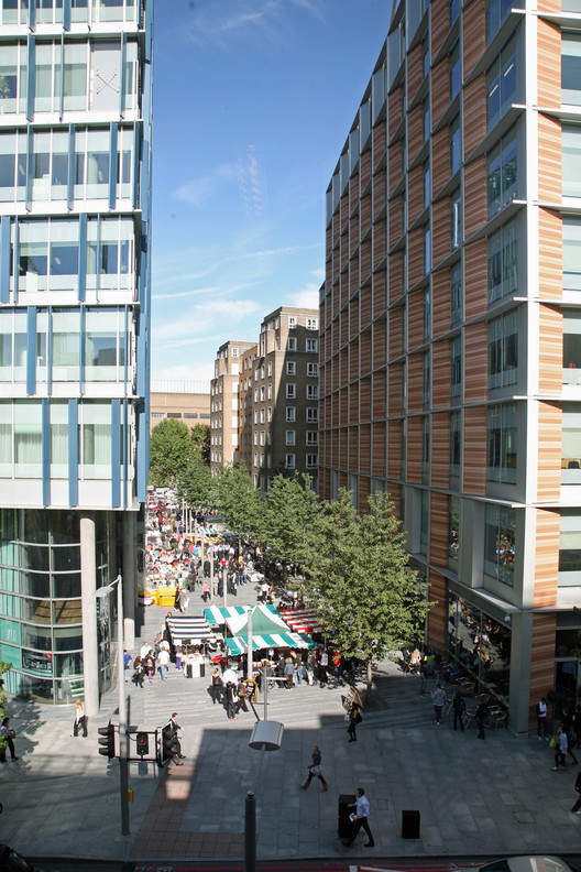 Bankside 123 in London creates new routes, public spaces and retail, with three simple rectilinear buildings set within a permeable public realm designed to reconnect the site with its surroundings. Image Courtesy of Allies & Morrison