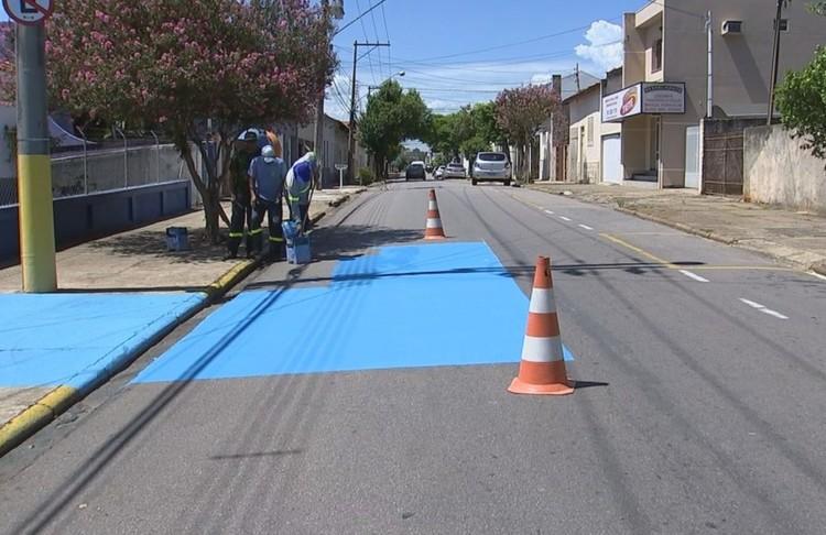 Cidade no interior de São Paulo pinta as ruas de azul para reduzir calor e melhorar o conforto térmico, Ruas de Tietê foram pintadas de azul para diminuir a temperatura ambiente. Foto: Reprodução/TV TEM