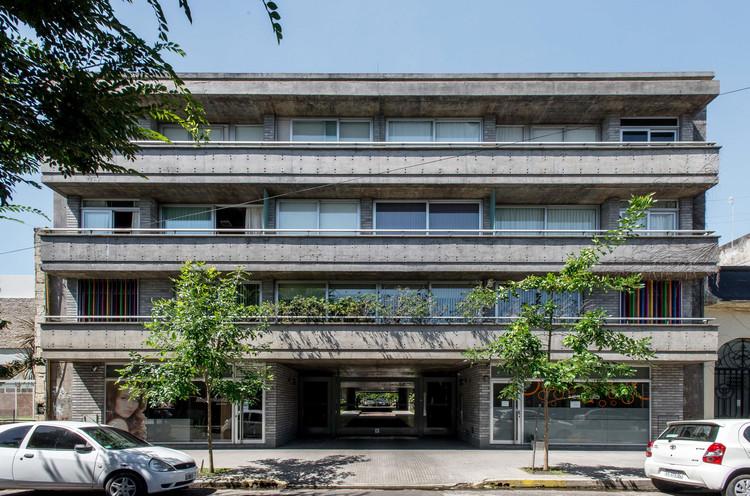 Edificio 5  #522 / Gianserra + Lima arquitectos, © Luis Brandiaran