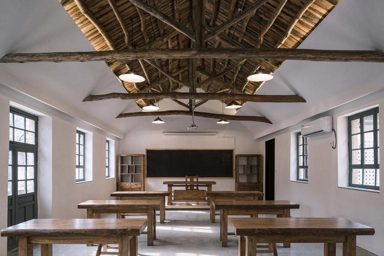 12-Bay Art School & Chin House / 3andwich Design / He Wei Studio, classroom. Image © Weiqi Jin