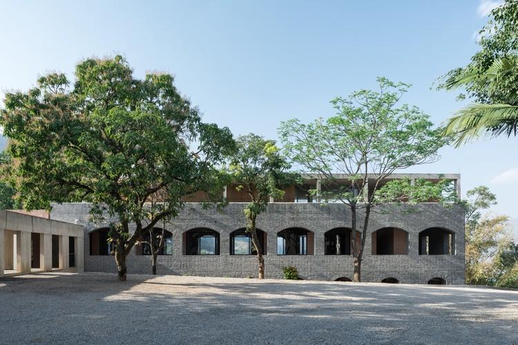 Xinzhai Coffee Manor / TAO - Trace Architecture Office, Facade of the main building. Image © Hao Chen