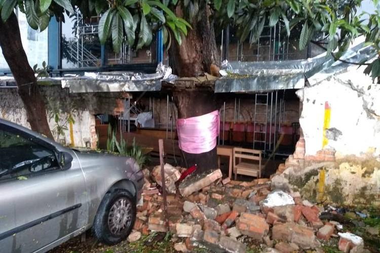 Parede do Teatro Oficina cede após temporal em São Paulo, A parede do Teatro Oficina que cedeu pela pressão da árvore, após as chuvas desta terça, em São Paulo. Foto: Divulgação