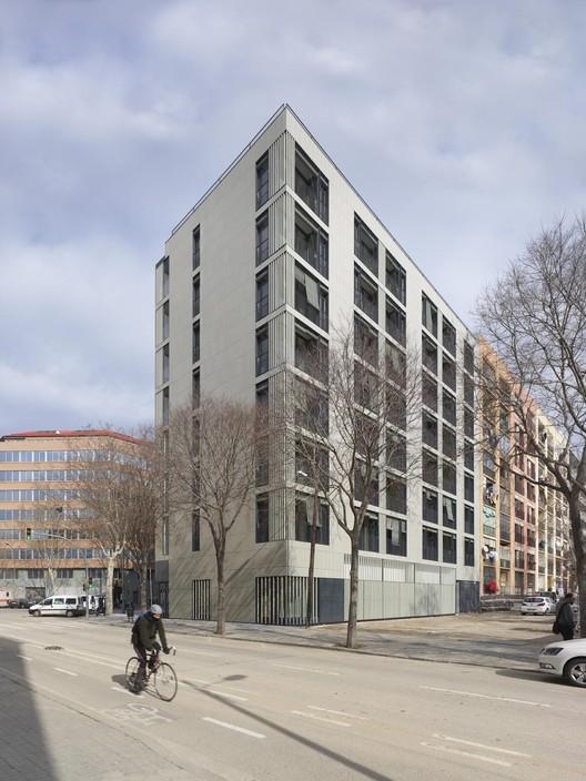 Edificio Mixto de Viviendas y Alojamientos Temporales en 22@ / Coll-Leclerc, © Roland Halbe