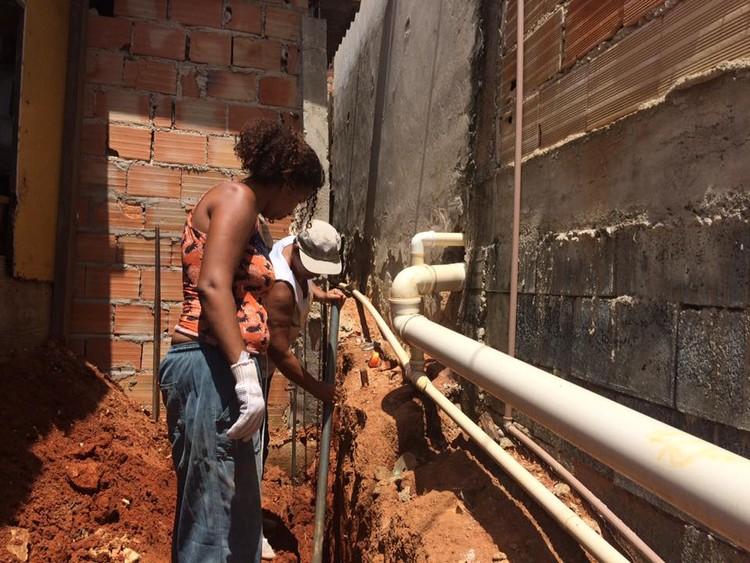 Mulheres trabalhando na Ocupação Dandara. Image © Arquitetura da Periferia, via Facebook. Cortesia de Portal Aprendiz