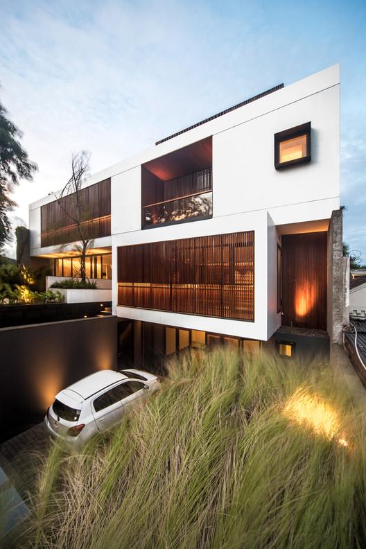 Casa en Permata Hijau / Rafael Miranti Architects