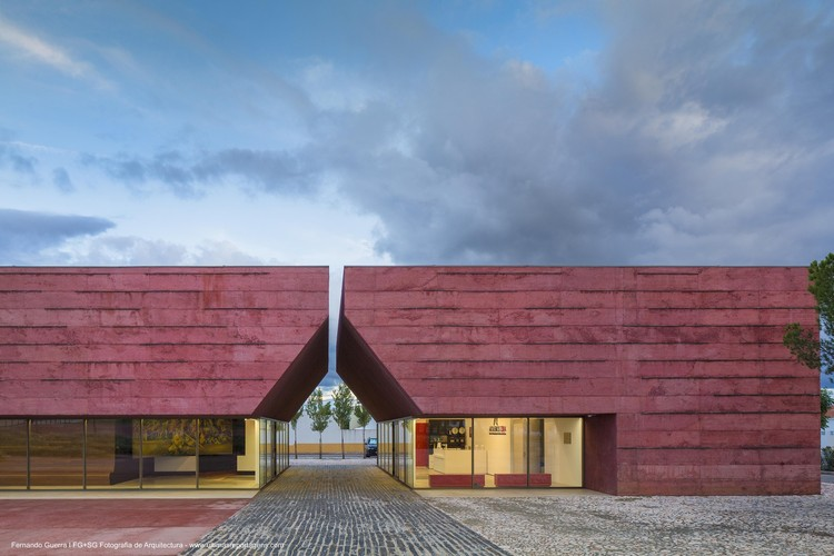 Las posibilidades del concreto pigmentado: 18 edificios impregnados de color, Center for Interpretation of The Battle of Atoleiros / Gonçalo Byrne Arquitectos + Oficina Ideias em Linha. Image © Fernando Guerra | FG+SG