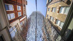 Artista constrói escultura de aço inoxidável de 17 toneladas a partir de mapas de Londres