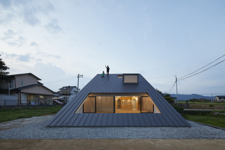 13 Houses With Pitched Roofs And Their Sections Archdaily