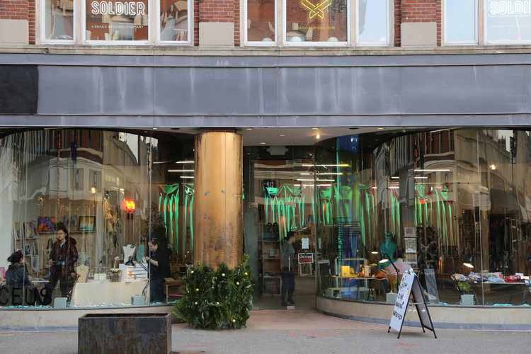 Boston Startup Spaceus Brings Pop-Up Energy to Vacant Storefronts, Harvard Square storefront. Photo by Carlen Deskin.. Image © Spaceus