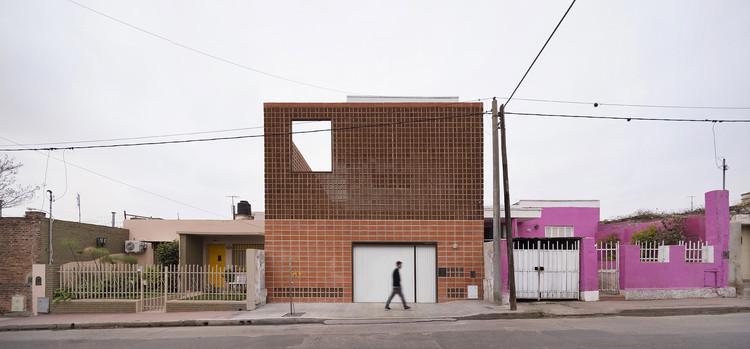 Urban Refuge Studio House / Estudio Berzero Jaros, © Federico Cairoli