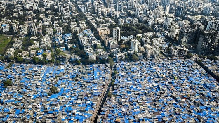 Cidades estão crescendo na horizontal e não na vertical: 3 razões por que isso é um problema, Mumbai, Índia. Foto © Johnny Miller / Unequal Scenes