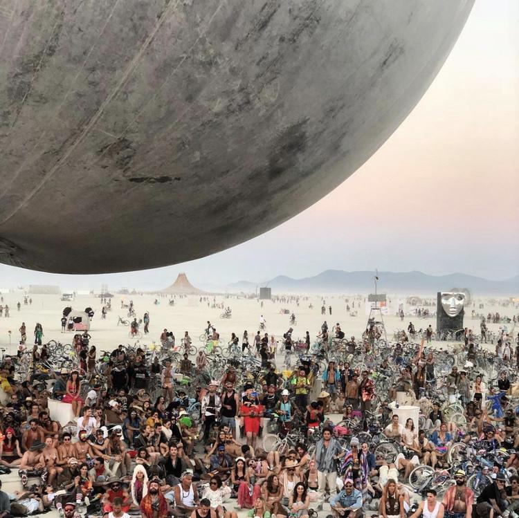 Brasil receberá versão tropical do festival Burning Man, Edição de 2018 do Burning Man teve como atração uma bola espelhada gigante projetada por Bjarke Ingles. Cortesia de Bjarke Ingels