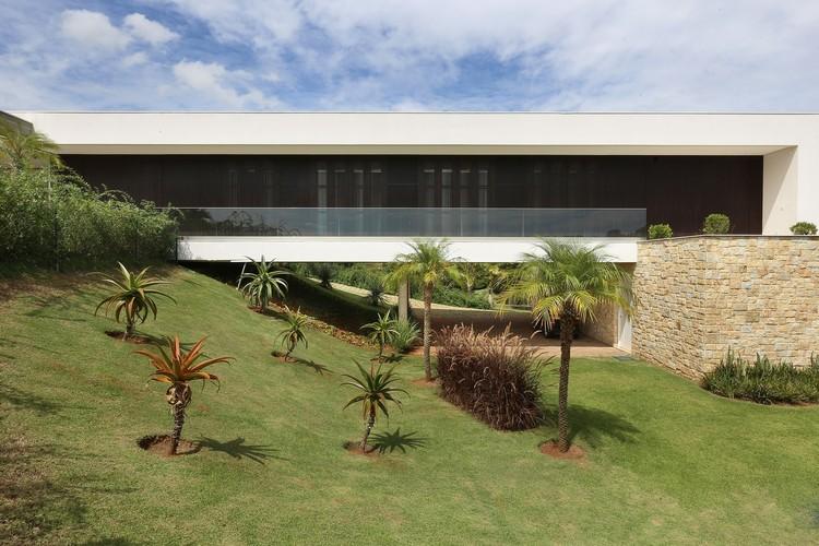 Casas brasileñas construidas en terrenos inclinados, Residencia Quinta da Baroneza / Belluzzo Martinhão Arquitectos. Imagen © Mariana Orsi