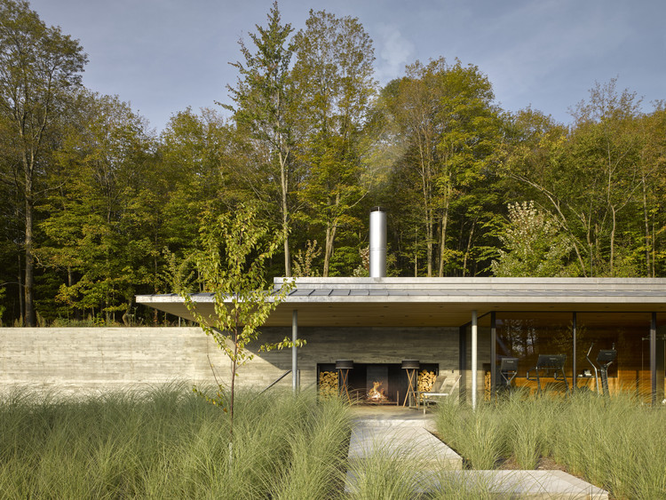 Casa de la piscina en Quebec / Mackay-Lyons Sweetapple Architects, © James Brittain