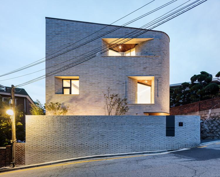 Pyeong Chang Dong Brick House / June Architects