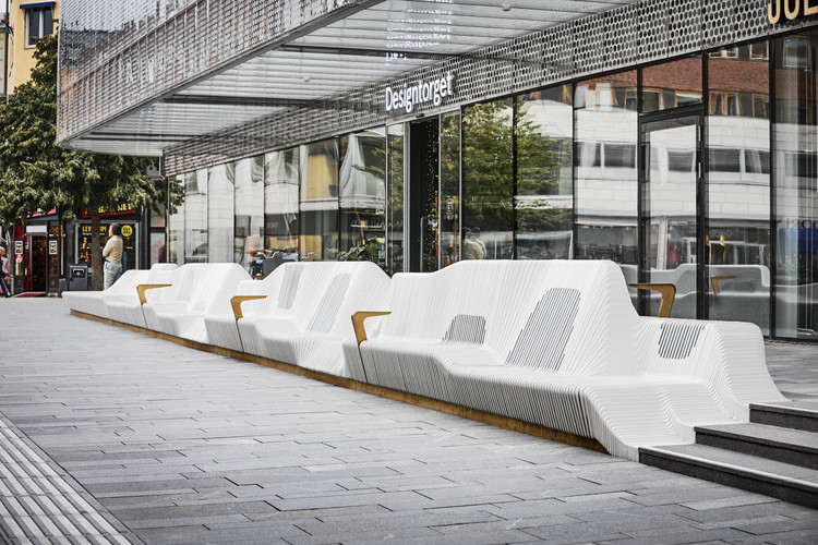 White Arkitekter Transforms a Swedish Square with 65 Meter Bench, Forumtorget Sofa. Image © Måns Berg