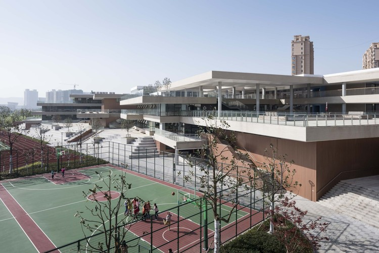 Experimental Primary School of Suzhou Science and Technology Town / Atelier Z+ , Dplus Studio, northeastern view. Image © Hao Chen