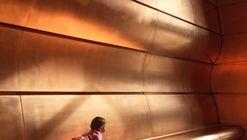Cobre na arquitetura: uma sala brilhante e com curvas barrocas