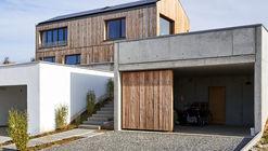 Vielseitiges Haus am Hang / Wolfertstetter Architektur