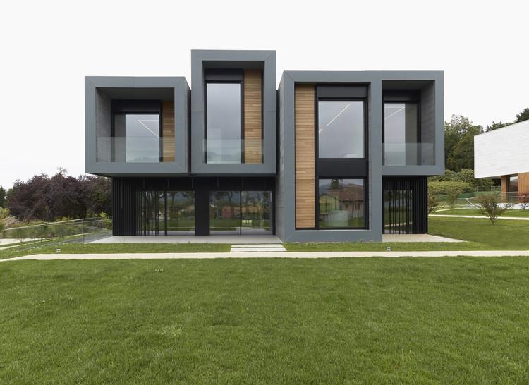 Complejo Residencial: Tres Viviendas + Pabellón Usos Múltiples / longo+roldán, © Marcos Morilla