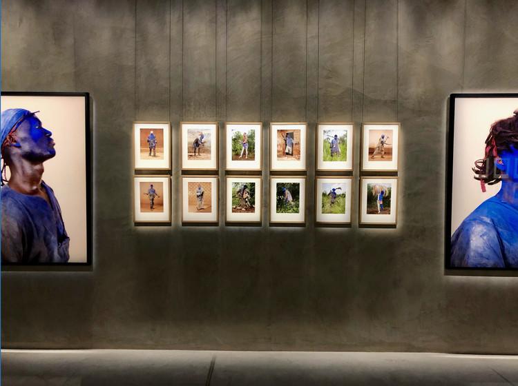 El color y la búsqueda del pertenecer de Charles Fréger en Armani/Silos, © Stefani Suárez