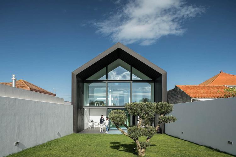 Casas portuguesas: 15 casas em terrenos estreitos, Casa do Arco / FRARI - architecture network. Imagem: © ITS – Ivo Tavares Studio