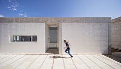 Residência entre muros de taipa / Estudio Jesús Donaire