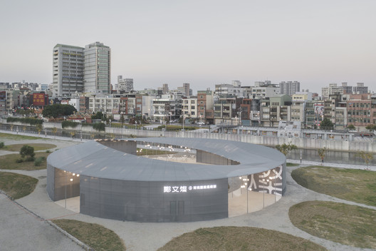 The circular circular, up and down streamlined roof design is like a group of dancers who danced waltz, like waves, rolling up and down on the stage.. Image © Yi-Hsien Lee Photography