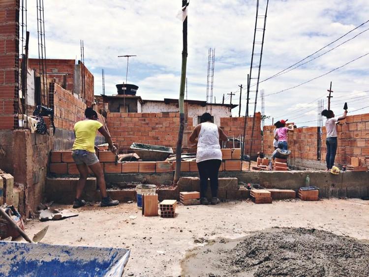 Arquitectura en la Periferia: mujeres enseñando a mujeres a construir sus casas en Brasil, © Arquitetura da Periferia, via Facebook. Cortesia de Portal Aprendiz