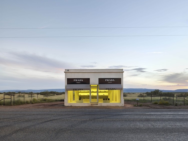 Ronald Rael para TED Talk: ¿Es el muro fronterizo arquitectura?, Prada Marfa, Texas, USA by Elmgreen and Dragset. Image © Matthew Portch