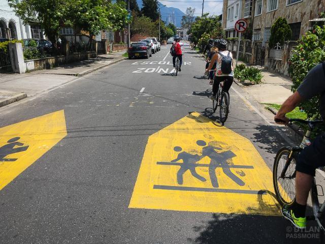 8 Estratégias de planejamento, desenho e mobilidade para criar ruas mais seguras, Ruas mais inteligentes e sinalização viária em Bogotá, Colômbia, buscam aumentar a segurança para pedestres e ciclistas. Foto: Dylan Passmore / Flickr. Image Cortesia de WRI Brasil