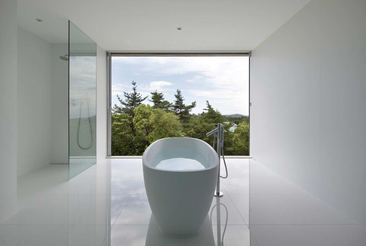 30 Open Bathrooms: Incorporating Breeze and Nature in Private Space, Forest View House / Sinichi Ogawa & Associates. Image © Shinichi Ogawa & Associates