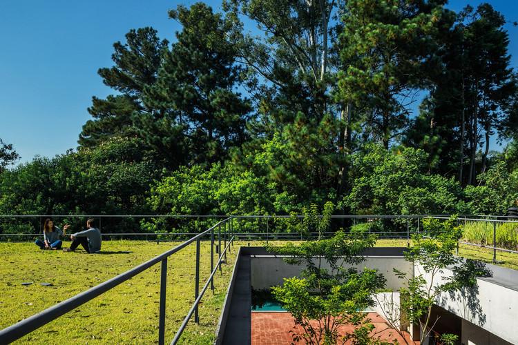 Casas brasileiras: 12 residências com teto-jardim, Casa em Cotia / UNA Arquitetos. © Nelson Kon