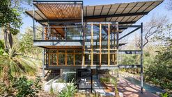 Casa Jungle Frame / Studio Saxe