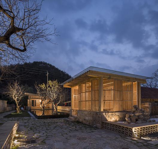 The courtyard in the night. Image © Weiqi Jin