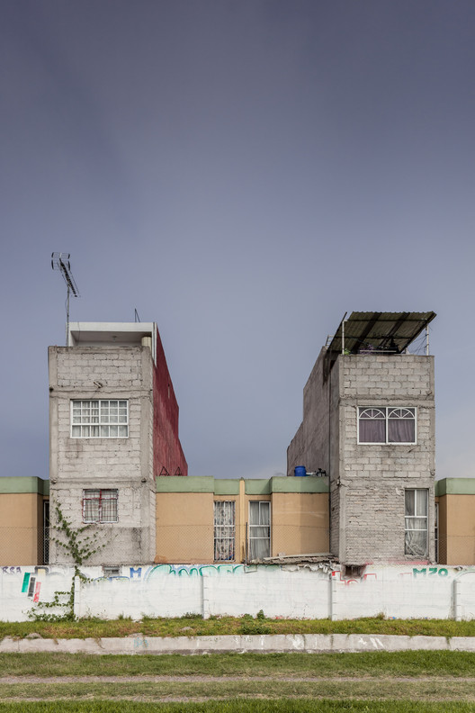 """Photographer Documents """"Non-Social Interest"""" Housing in Mexico City's Peripheries"""